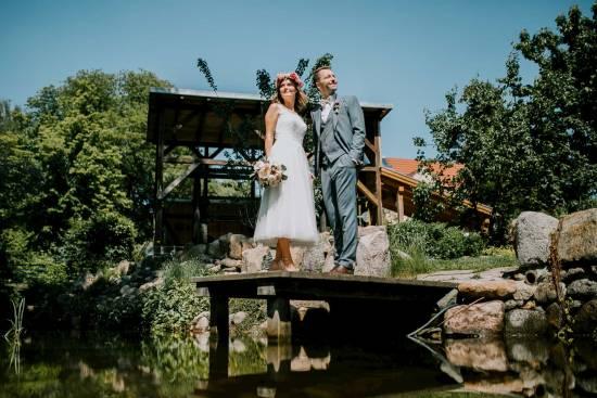 Hochzeitpärchen auf einem Steg vor der Schleifmühle Schwerin